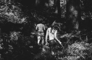 parents : photo noir et blanc de deux enfants dans les bois