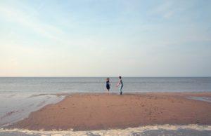 parents : deux enfants sur la plage