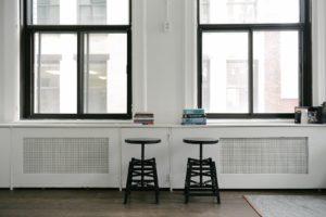 orientation scolaire : bureau blanc avec deux tabourets