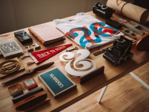 orientation scolaire : bureau avec beaucoup de produit