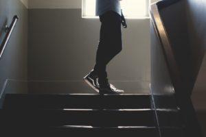orientation scolaire : jambe en haut d'un escalier