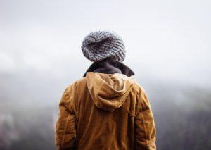 orientation scolaire : personne avec un bonnet en montagne