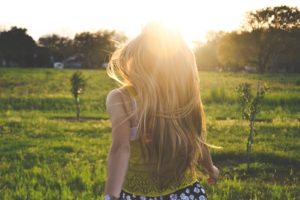 orientation scolaire :fille blonde dans une plaine