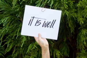 "image main avec papier ""it is well"""