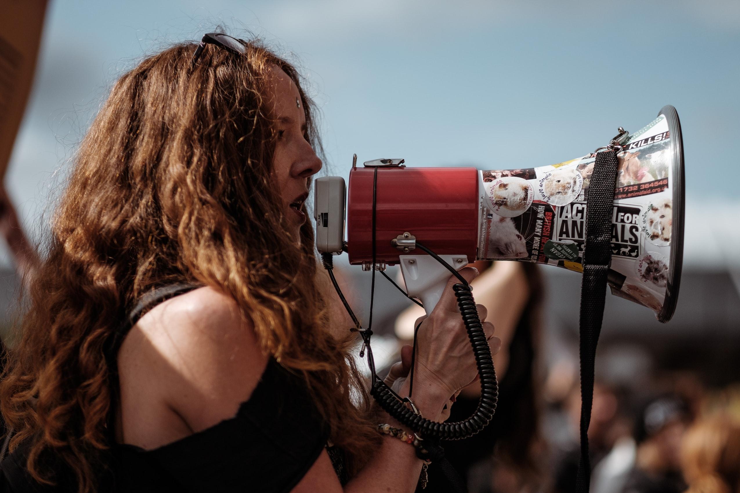 adolescente mégaphone